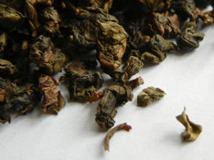 A roasted oolong, with dark brown rolled leaves