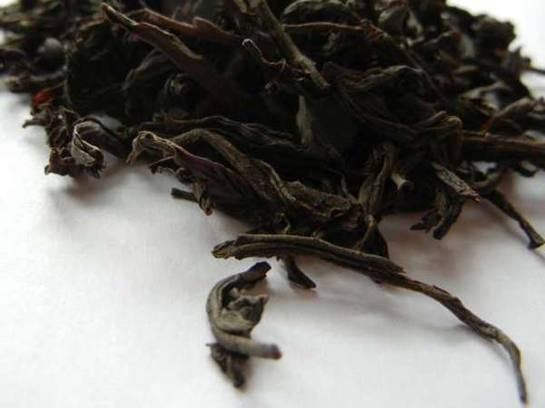 Large, dark, very coarse-textured black tea leaves with irregular shape