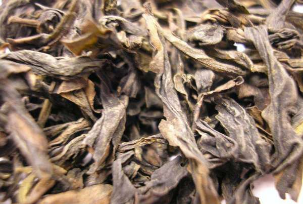 Large, extremely wrinkly tea leaves, long, slighty twisted, golden to brown in color