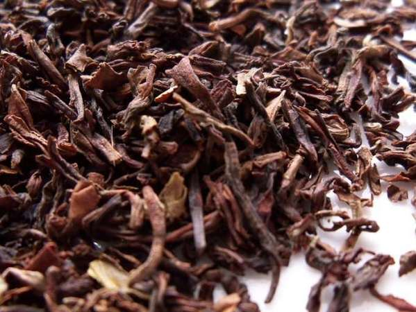 Loose-leaf black tea with rich reddish-olive color