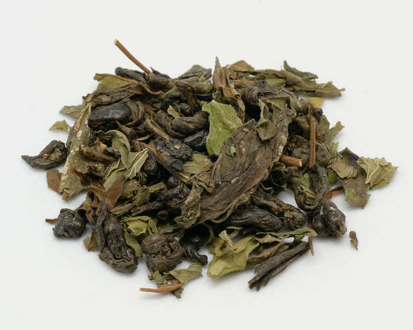 Blend of tightly rolled, dark olive-green tea leaves with paler green, thin dried leaves